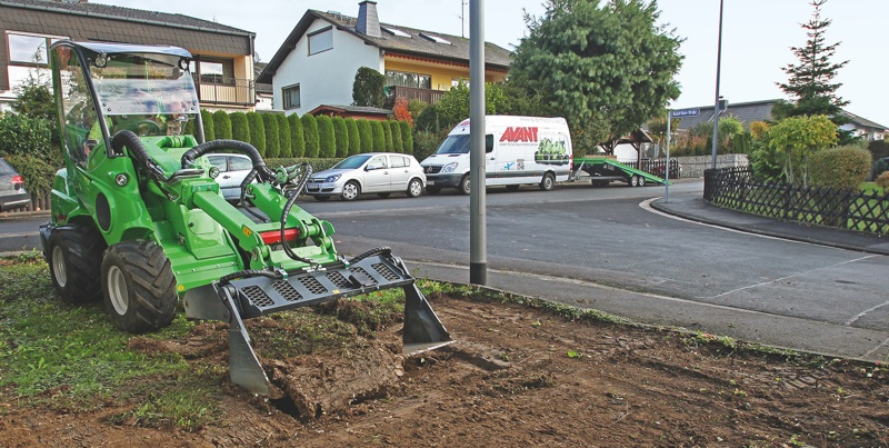 Helfer Bei Der Gartensanierung Kompaktlader Mit Anbaugerat